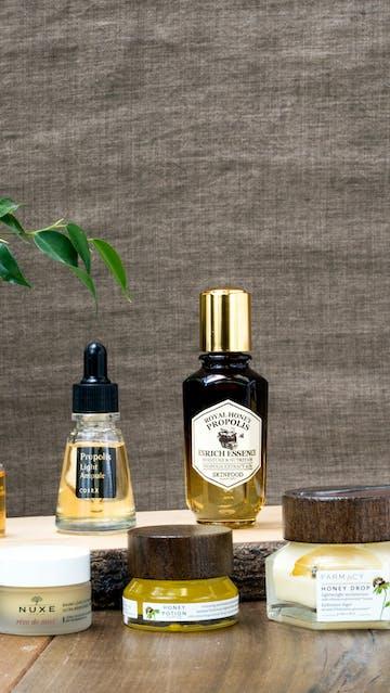 Focus Propolis Miel : essences Propolis Lee Jee Ham, Cosrx, Skinfood; Honey Drop, Honey Potion Farmacy; baume à lèvres Nuxe Rêve De Miel